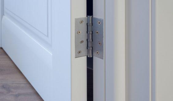 Jak naprawić skrzypiące drzwi?