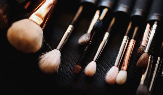 Jak przechowywać pędzle do makijażu?