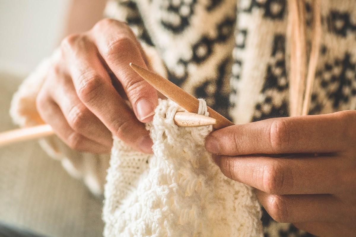 Jak zrobić sweterek na drutach – krok po kroku