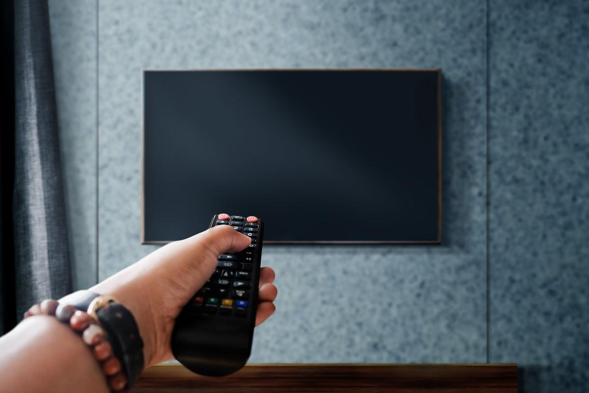 Jak powiesić telewizor na ścianie? Poradnik