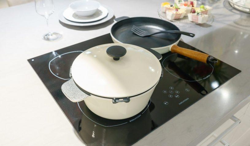 O czym pamiętać, gotując na płycie indukcyjnej?