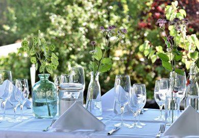 Aranżacja stołu na przyjęcie w ogrodzie – 4 inspiracje