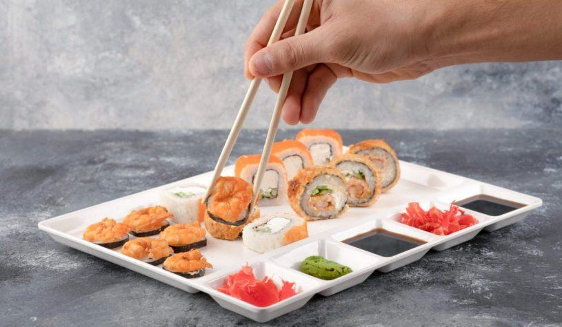 Jak jeść sushi? Jak obsługiwać się pałeczkami?