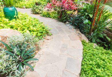 Jak zrobić ścieżkę w ogrodzie tanim kosztem?