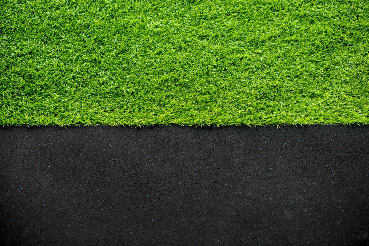 Sztuczna trawa na balkon – wady i zalety
