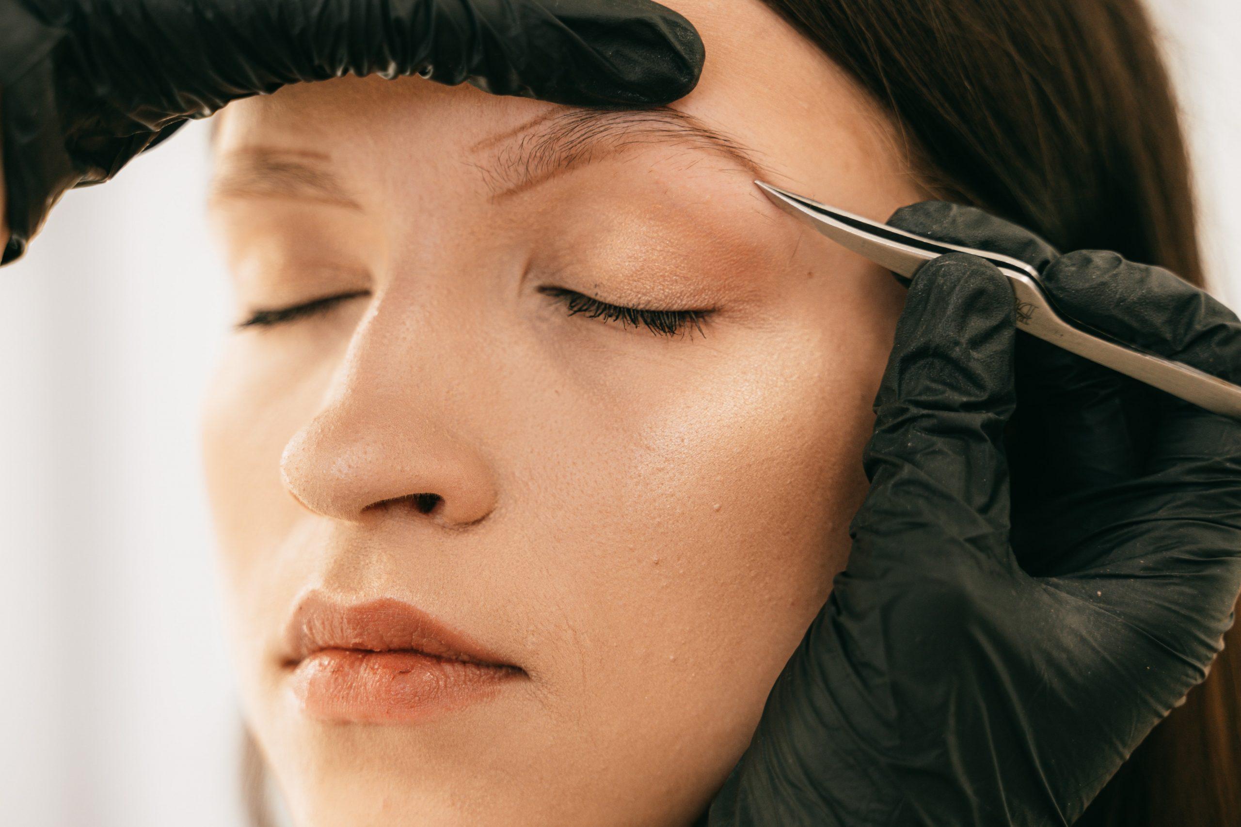 Jak pomalować brwi? Krok po kroku